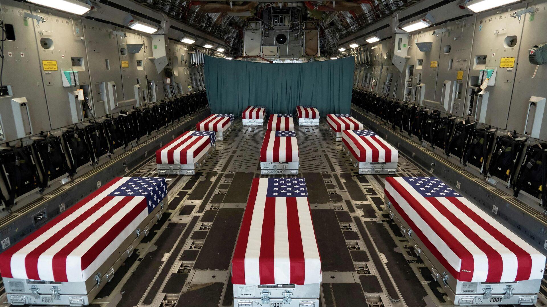 Afganistan'daki Kabil Havaalanı saldırılarında ölen 13 ABD askerinin tabutlarını taşıyan C-17 uçağının içi - Sputnik Türkiye, 1920, 31.08.2021