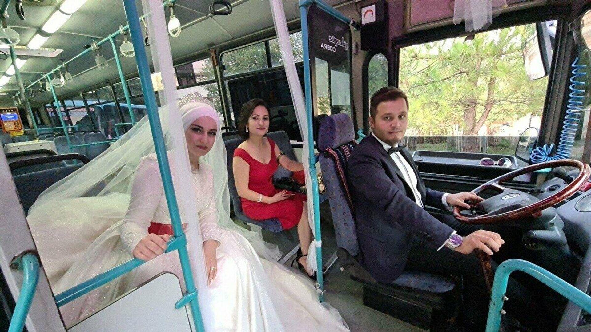 Tanıştıkları otobüsü gelin arabası yaptı - Sputnik Türkiye, 1920, 31.08.2021
