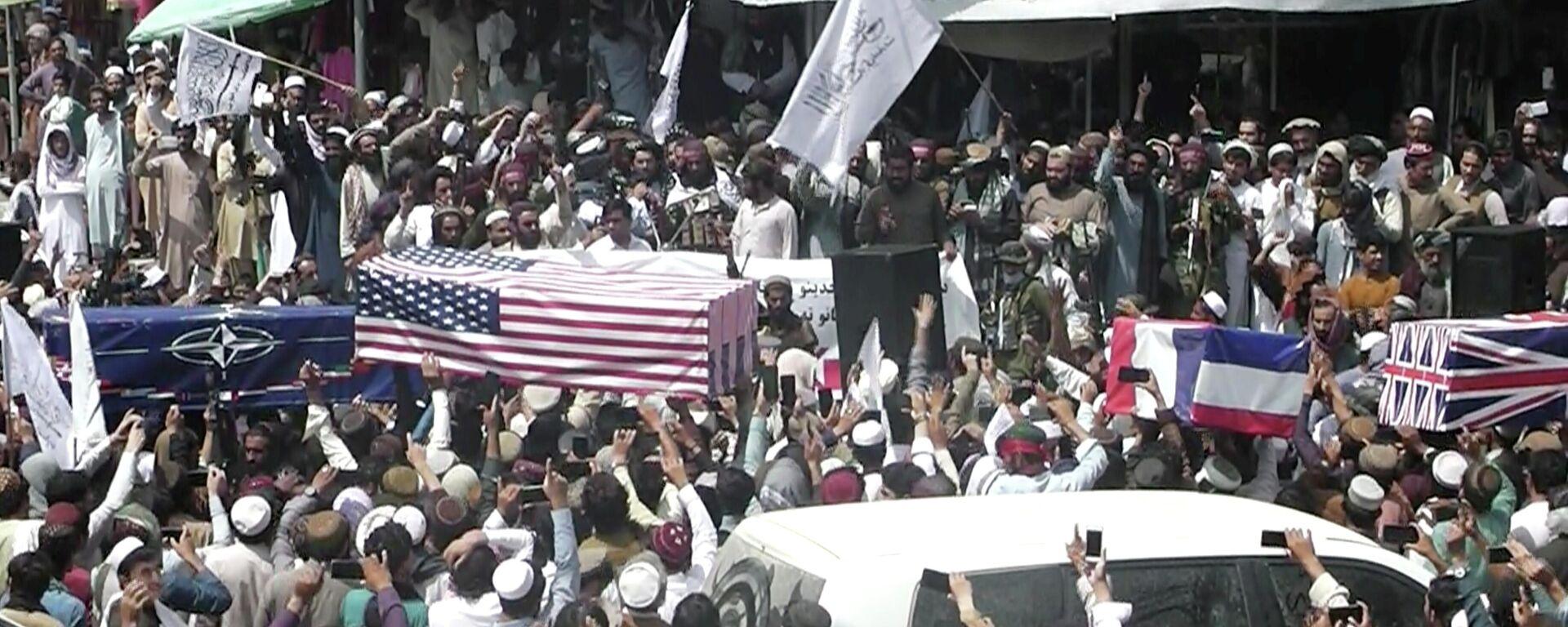 Afganistan'dan son ABD askerinin de çekilmesinin ardından Host kentinde ABD, Britanya, NATO için düzenlenen temsili cenaze töreni - Sputnik Türkiye, 1920, 01.09.2021
