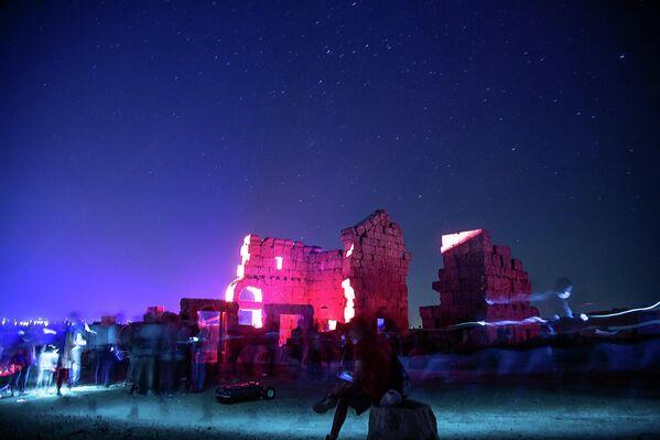 Etkinliğin, UNESCO tarafından Dünya Mirası Geçici Listesi'nde yer alan Zerzevan Kalesi'nde düzenlenmesi uluslararası alanda da büyük ilgi çekti. - Sputnik Türkiye