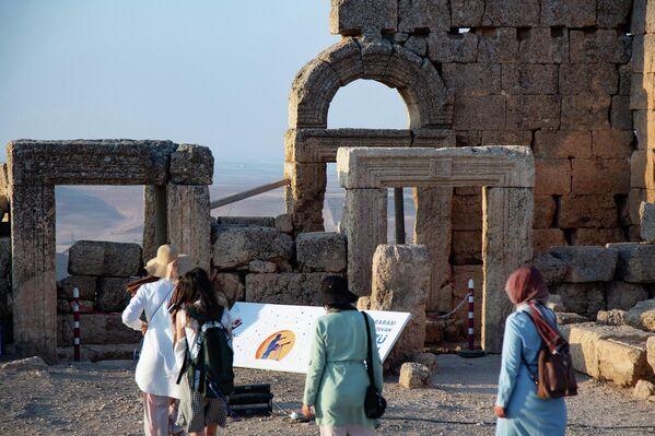 Çok sayıda büyükelçi ve uluslararası gökyüzü gözlemcisinin katıldığı etkinlikte katılımcılar, dünyanın en iyi korunan Mithras Tapınağı'nda binlerce yıl önce gerçekleştirilen astronomi çalışmaları hakkında bilgi aldı. - Sputnik Türkiye