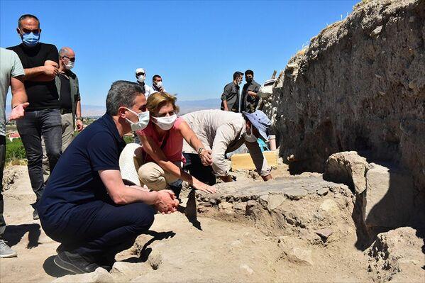 Ardından açıklamada bulunan Baruş, kazı alanındaki çatı projesinin en kısa sürede tamamlanması için çalışmaların sürdüğünü bildirdi. - Sputnik Türkiye
