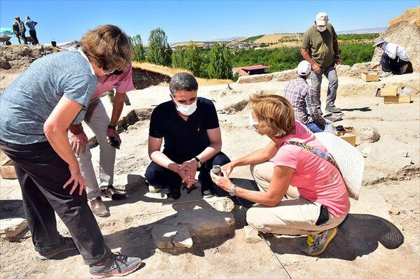 Restelli ise kazı çalışmasının 10 Ağustos'ta başladığını hatırlatarak şu ana kadar 24 mezar ve milattan önce 3600-3700 öncesinden kaldığı tahmin edilen 6 ev kalıntısı bulduklarını anlattı. - Sputnik Türkiye