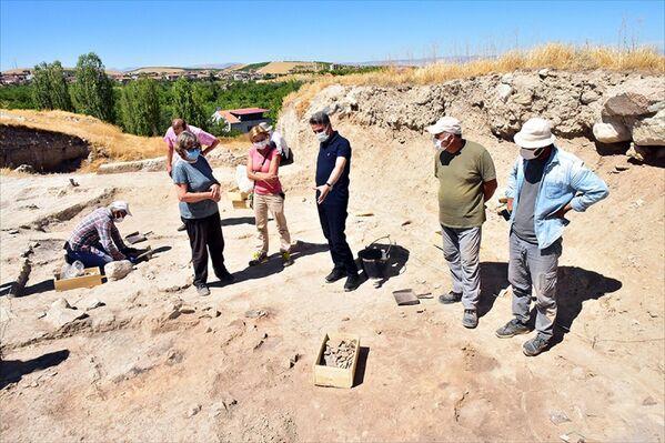 Restelli, çalışmalar sırasında Geç Kalkolitik'ten Geç Hitit Dönemi'ne kadar geçen tarihsel sürece ait buluntulara rastladıklarını aktardı. - Sputnik Türkiye
