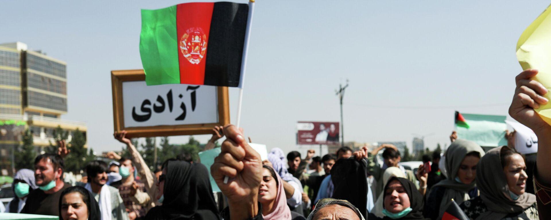 Taliban öncesi Afganistan'ın bayrağıyla Kabil'deki Pakistan karşıtı protestoya katılan kadınlar - Sputnik Türkiye, 1920, 07.09.2021