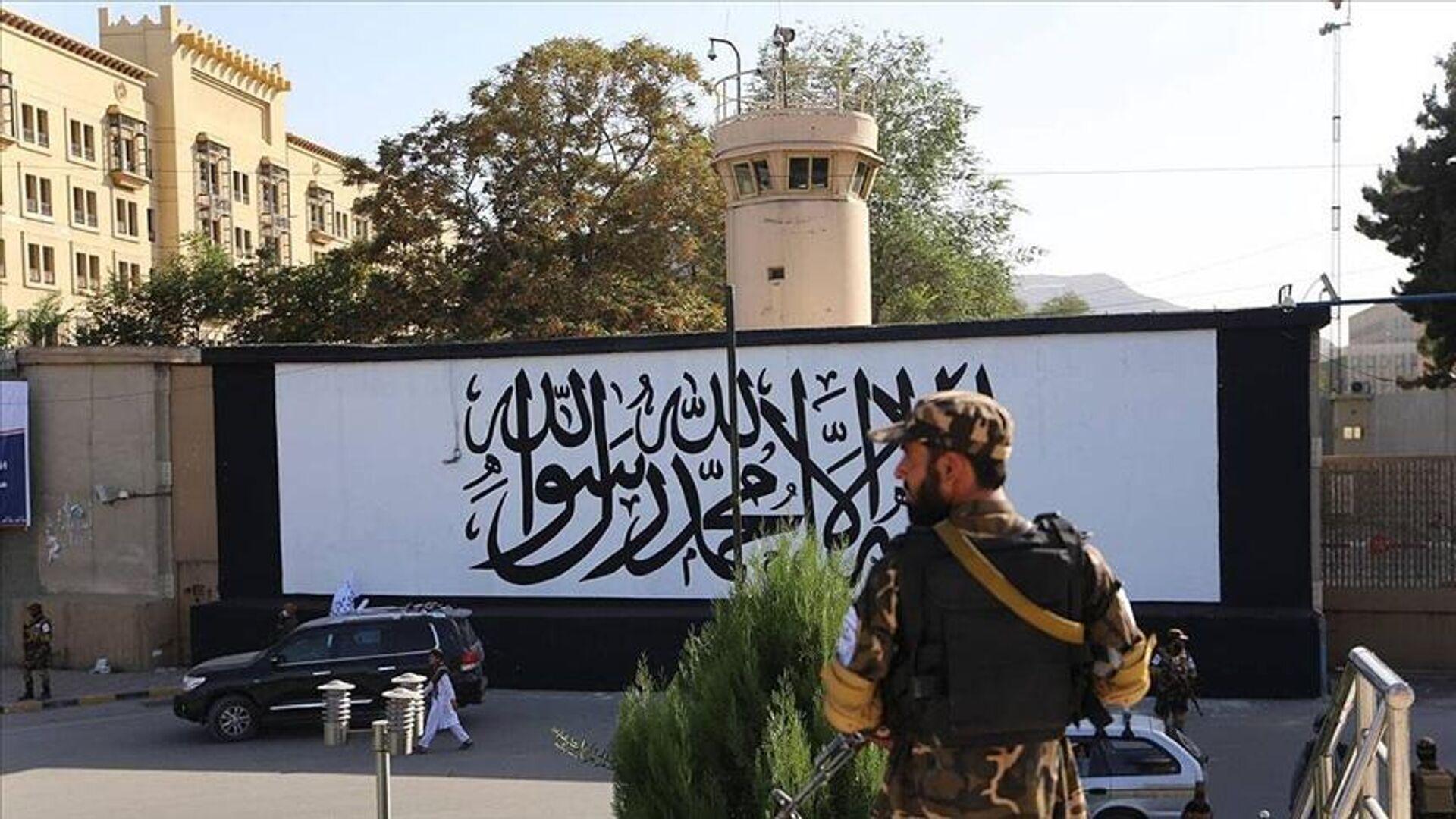 Afganistan'ın başkenti Kabil'de ABD'nin terk ettiği büyükelçilik binasının duvarına Taliban bayrağı resmedildi. - Sputnik Türkiye, 1920, 12.09.2021