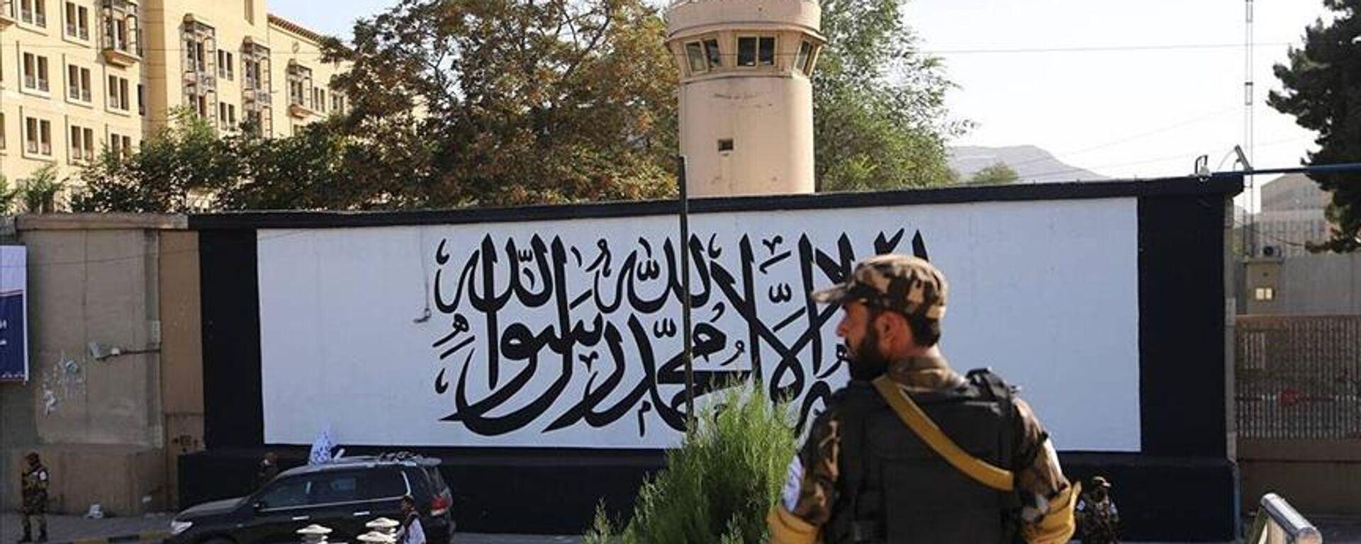 Afganistan'ın başkenti Kabil'de ABD'nin terk ettiği büyükelçilik binasının duvarına Taliban bayrağı resmedildi. - Sputnik Türkiye, 1920, 10.09.2021