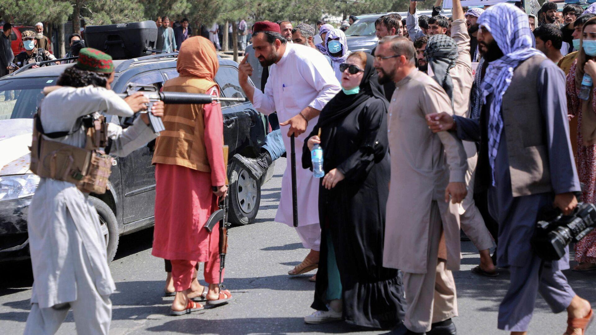 Afganistan başkenti Kabil'de Pakistan karşıtı gösteride kadınların başını çektiği protestoculara silah doğrultan Taliban militanı - Sputnik Türkiye, 1920, 10.09.2021