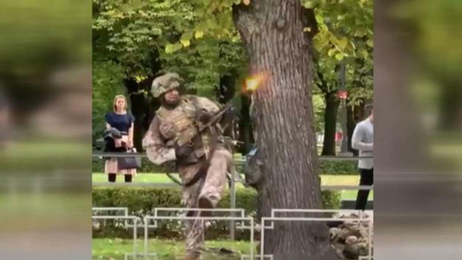 Letonya'da sokak ortasında tam teçhizatlı ve makineli tüfek taşıyan askerler caddede yürüyenleri korkuturken, olayın Letonya ordusunun düzenlediği askeri tatbikatın bir parçası olduğu ortaya çıktı. Bölge sakinleri olaya tepki gösterdi. - Sputnik Türkiye, 1920, 13.09.2021
