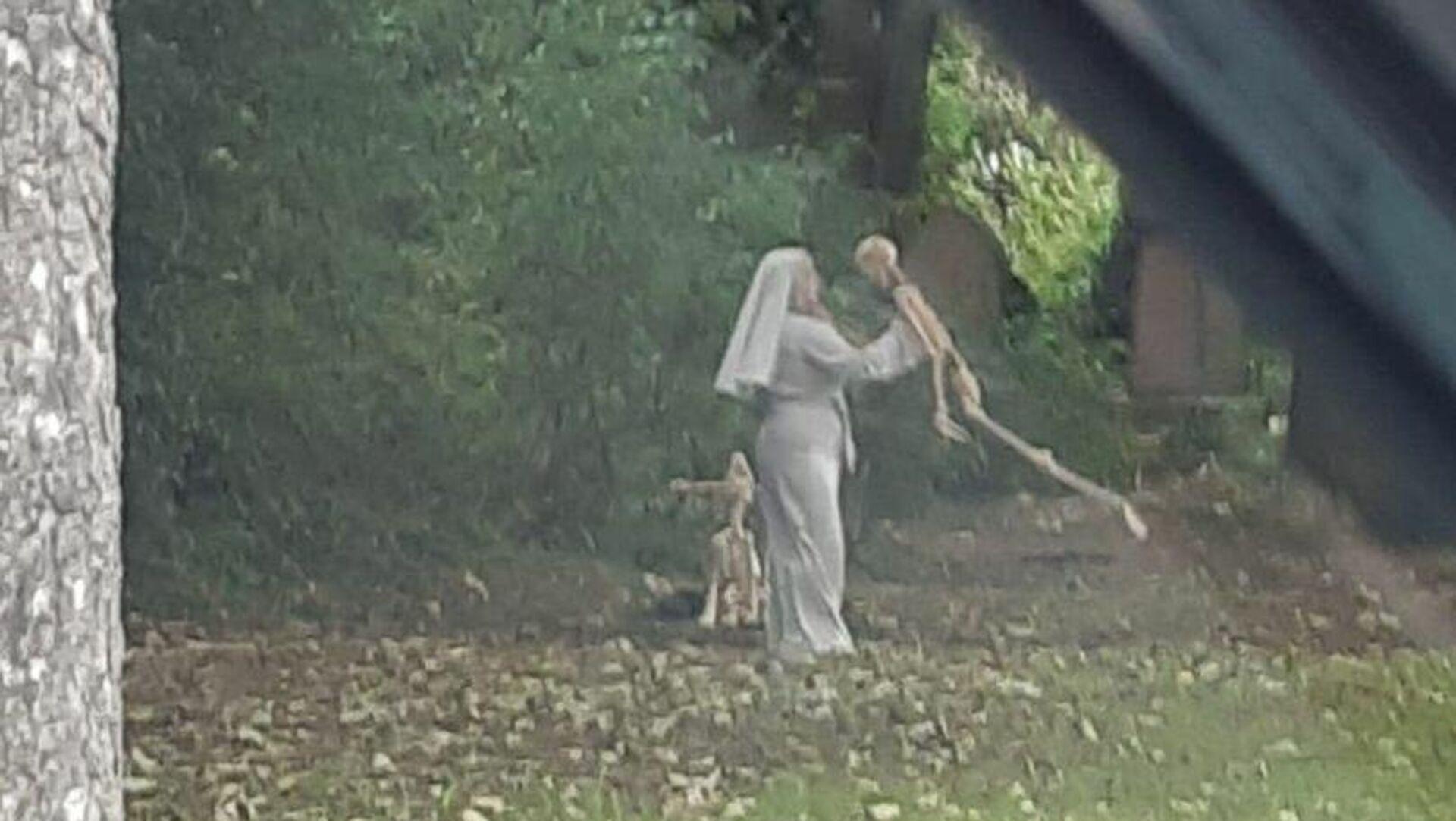 Rahibe elbisesi giymiş bir kadın iskeletle dans etti - Sputnik Türkiye, 1920, 13.09.2021