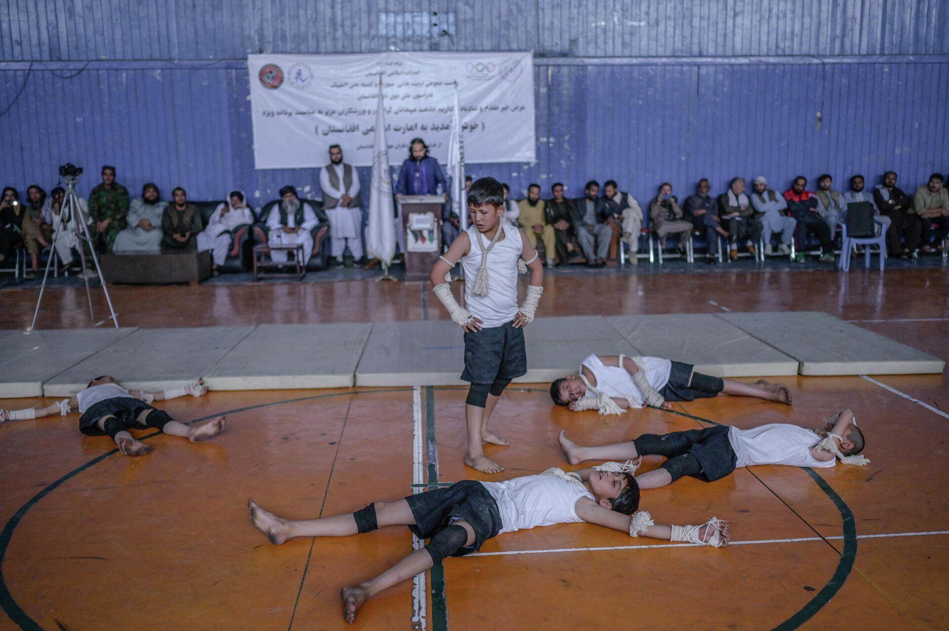 Taliban'ın beden eğitimi ve spor direktörü, Kabil'deki bir spor salonunda gençlerin aktivitelerini izledi - Sputnik Türkiye, 1920, 14.09.2021
