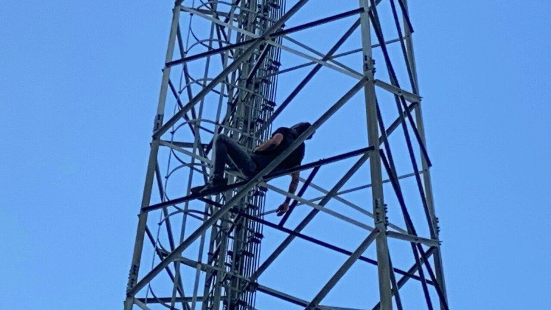 20 metre yüksekliğindeki direğe çıkıp uyudu - Sputnik Türkiye, 1920, 15.09.2021