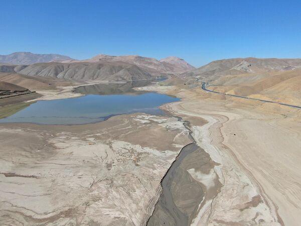 Kentte bazı göletler kururken, barajlar da taban seviyesine indi. - Sputnik Türkiye
