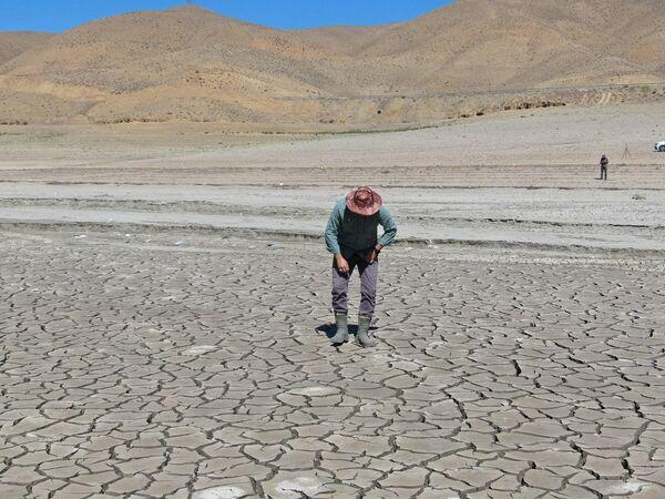 Suyun azaldığı bölgede çekilmeyi gösteren katmanlar, küçük adacıklar ve toprak yüzeyinde çatlaklar oluştu. - Sputnik Türkiye