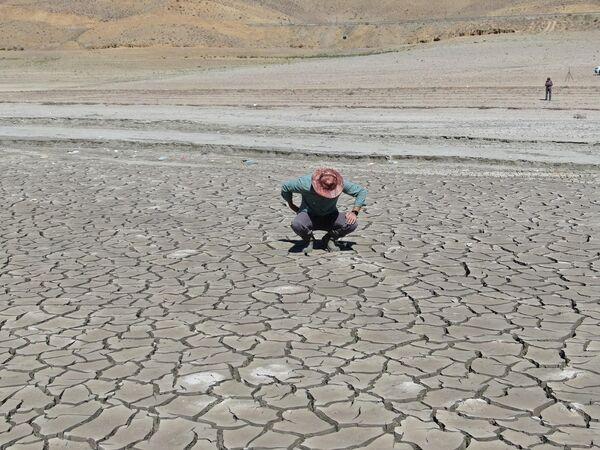 """Zernek barajında incelemelerde bulunan Van Yüzüncü yıl Üniversitesi (Van YYÜ) Su Ürünleri Fakültesi Dr. Öğretim Üyesi Mustafa Akkuş, """"Küresel iklim değişimi ve mevsimlerde beklenen yağışların gelmemesi sonucu gerek bölgemizde gerekse de Türkiye'de ciddi bir kuraklığın yaşandığına şahitlik ettiklerini söyledi. - Sputnik Türkiye"""