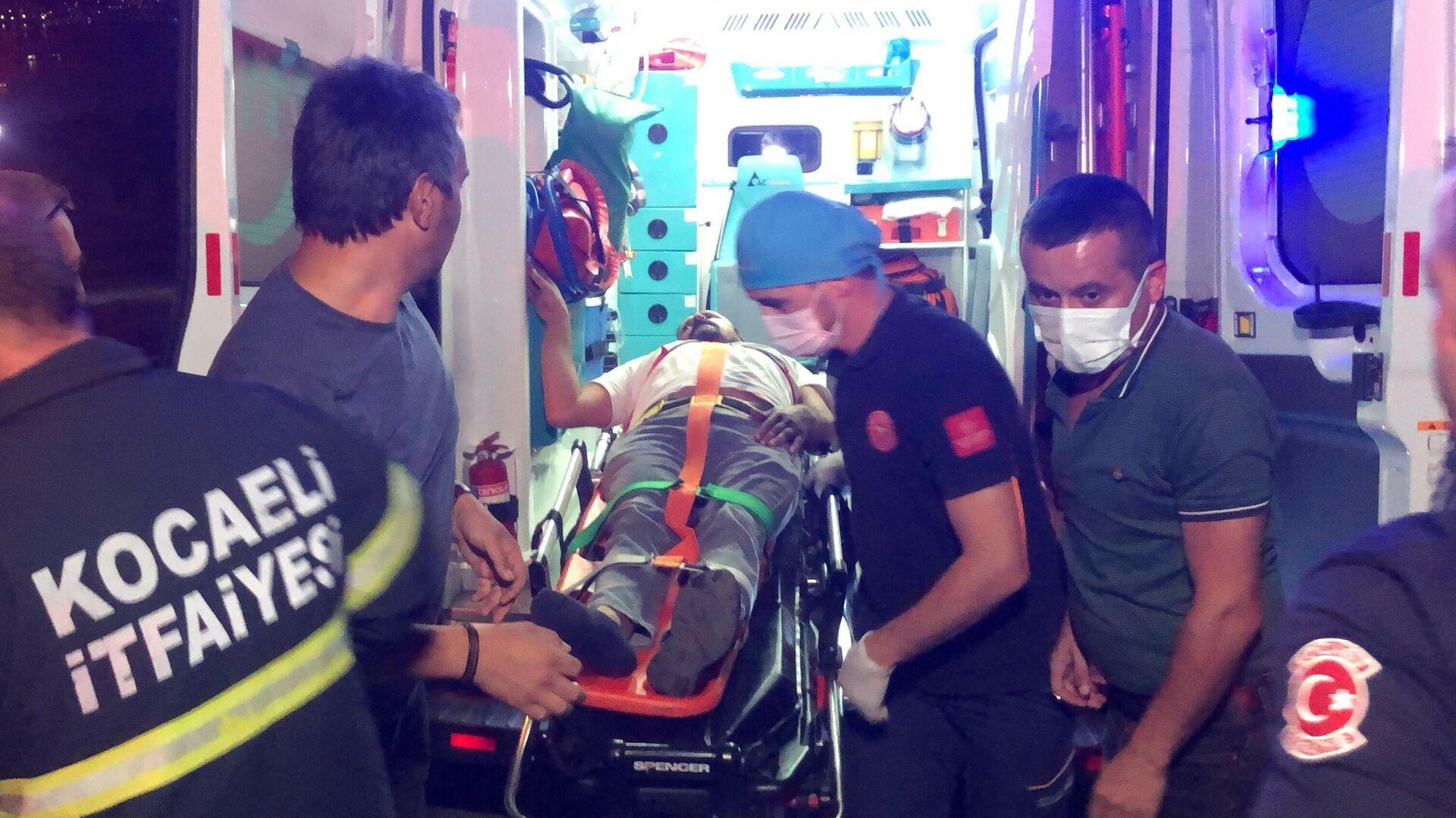 """Kocaeli'nin İzmit ilçesinde sürücüsünün direksiyon hakimiyetini kaybettiği halk otobüsü beton elektrik direğine çarptı. Kazada yaralanan ve sıkıştığı araçtan ekipler tarafından kurtarılan sürücü, """"Benim çalışmam lazım"""" diyerek ambulanstan inmek istedi. - Sputnik Türkiye, 1920, 16.09.2021"""