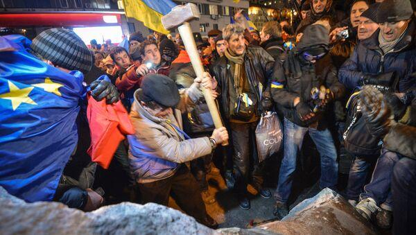 Kiev'de AB yanlıları, Lenin heykeline saldırdı - Sputnik Türkiye