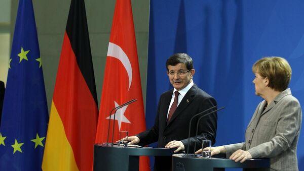 Türkiye Başbakanı Ahmet Davutoğlu ve Almanya Başbakanı Angela Merkel - Sputnik Türkiye
