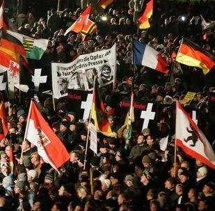 PEGİDA  Dresden'de göçmenlere karşı yürüdü