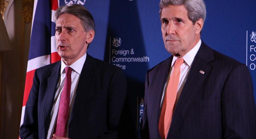 İngiltere Dışişleri Bakanı Philip Hammond  ile ABD Dışişleri Bakanı mevkidaşı John Kerry