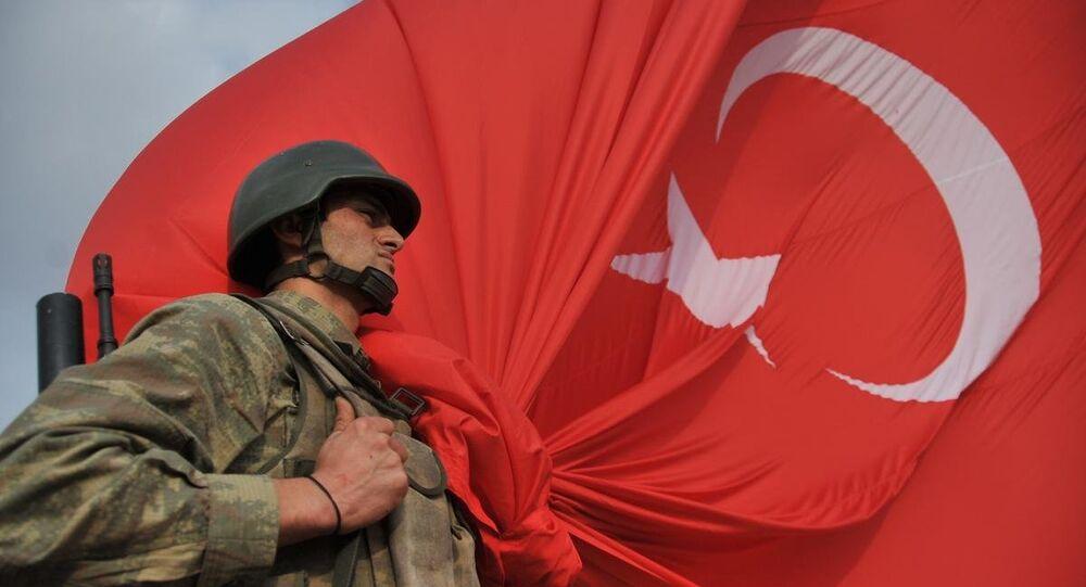 Türk askeri ve dev Türk bayrağı