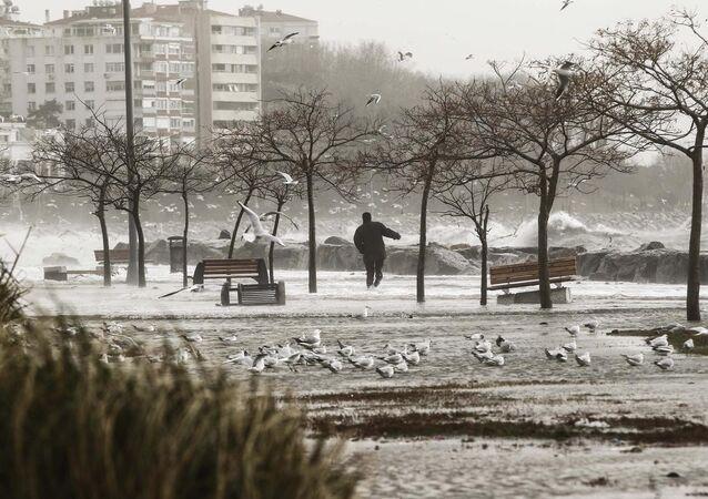 Şiddetli lodos İstanbul'u esir aldı