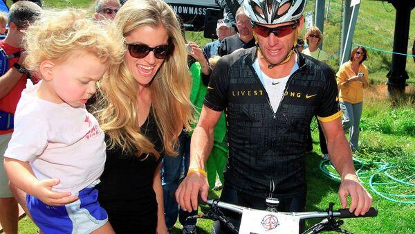 Bisikletçi Lance Armstrong, sevgilisi Anna Hansen ve kızları Olivia - Sputnik Türkiye