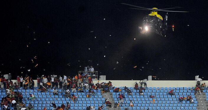Ekvator Ginesi taraftarları 3-0 yenildikleri maçta rakip tribünlere saldırdı. Güvenlik güçleri helikopterle taraftarları dağıtmaya çalıştı.