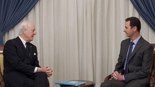 Suriye Devlet Başkanı Beşar Esad ve Birleşmiş Milletler (BM) Suriye özel temsilcisi Staffan de Mistura - Sputnik Türkiye