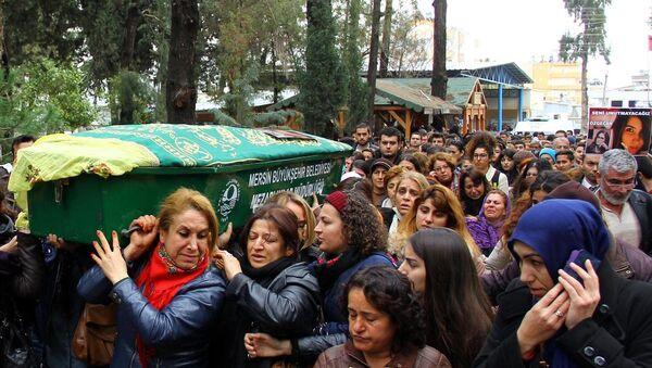 Yakılarak öldürülen Özgecan'ın tabutunu kadınlar taşıdı - Sputnik Türkiye