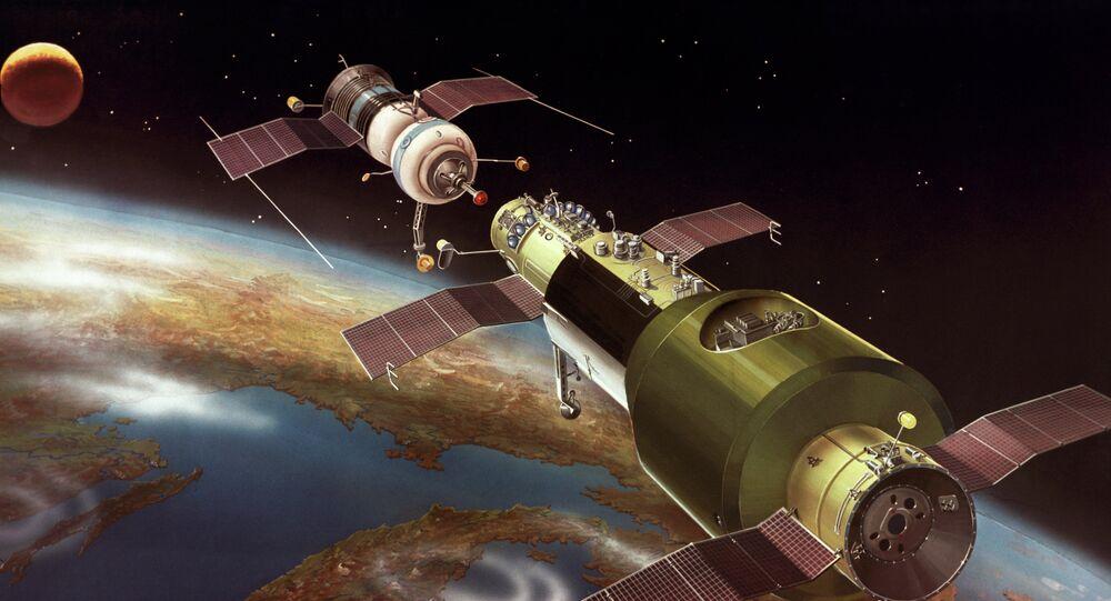 Soyuz II uzay gemisi ve Salyut uzay istasyonu