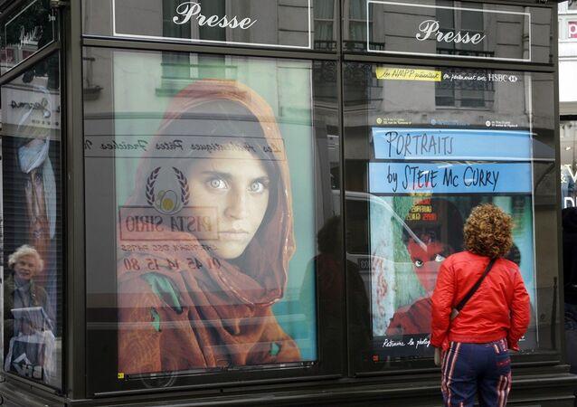 Fotoğrafçı Steve McCurry tarafından 1985 yılında çekilen ve National Geopraphic dergisine kapak olan ünlü 'Afgan kızı' Şerbet Gula
