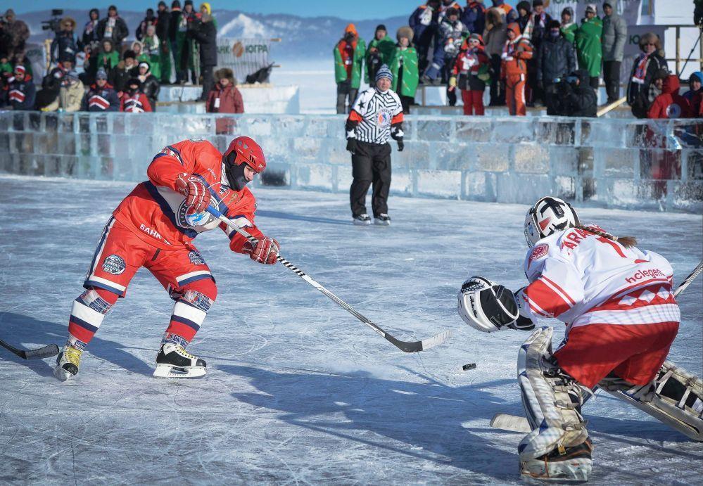 Baykal Gölü'nde düzenlenen 'Ulusal Hokey Ligi (NHL) Alanı Baykal' Festivali'nde Gece Hokey Ligi Yıldızları Takımı ile Dünya Yıldızları Takımı arasında yapılan Dostluk Maçında Gece Hokey Ligi Yıldızları Takımı oyuncusu Andrey Kovalenko (solda)