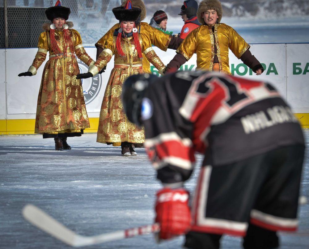 Sanatçılar ''Ulusal Hokey Ligi (NHL) Alanı Baykal' Hokey Festivali katılımcılarını selamlıyorlar