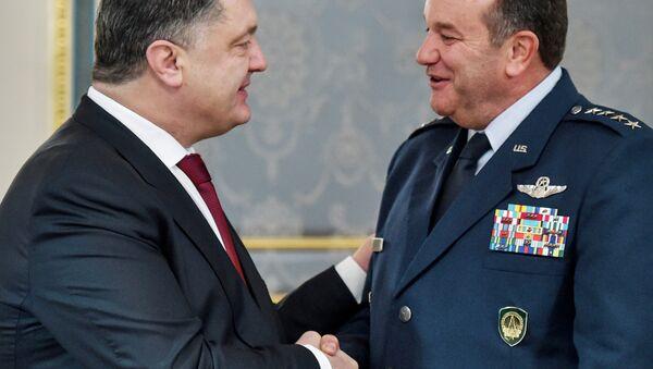 NATO Avrupa Müttefik Kuvvetleri Yüksek Komutanı Amerikalı General Philip Breedlove ve Ukrayna Devlet Başkanı Pyotr Poroşenko - Sputnik Türkiye