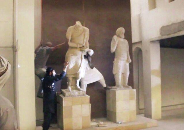 IŞİD Musul'da binlerce yıllık antik heykelleri yıktı