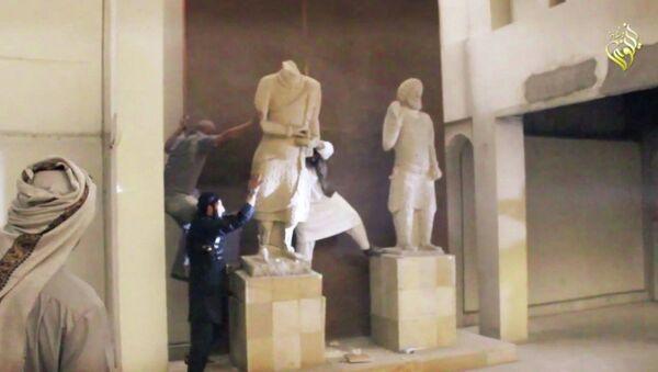 IŞİD Musul'da binlerce yıllık antik heykelleri yıktı - Sputnik Türkiye