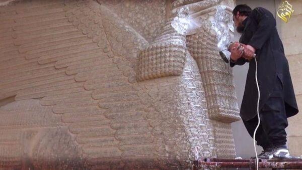 IŞİD, militanların, antik heykelleri parçaladığını gösteren görüntüleri sosyal medya aracılığıyla yayımladı. - Sputnik Türkiye