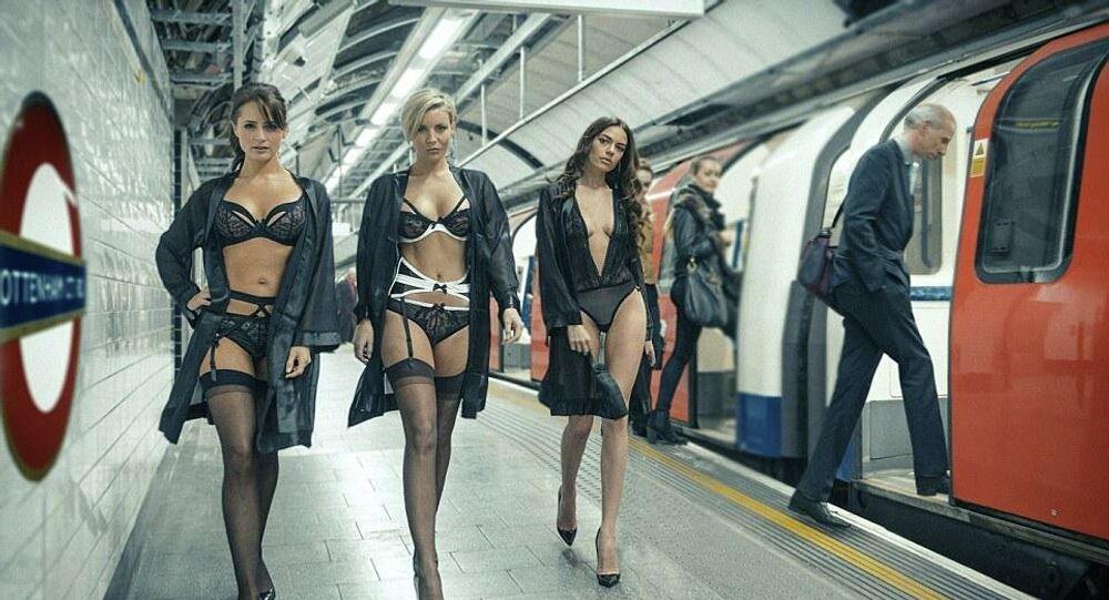 Londra metrosunda iç giyim defilesi