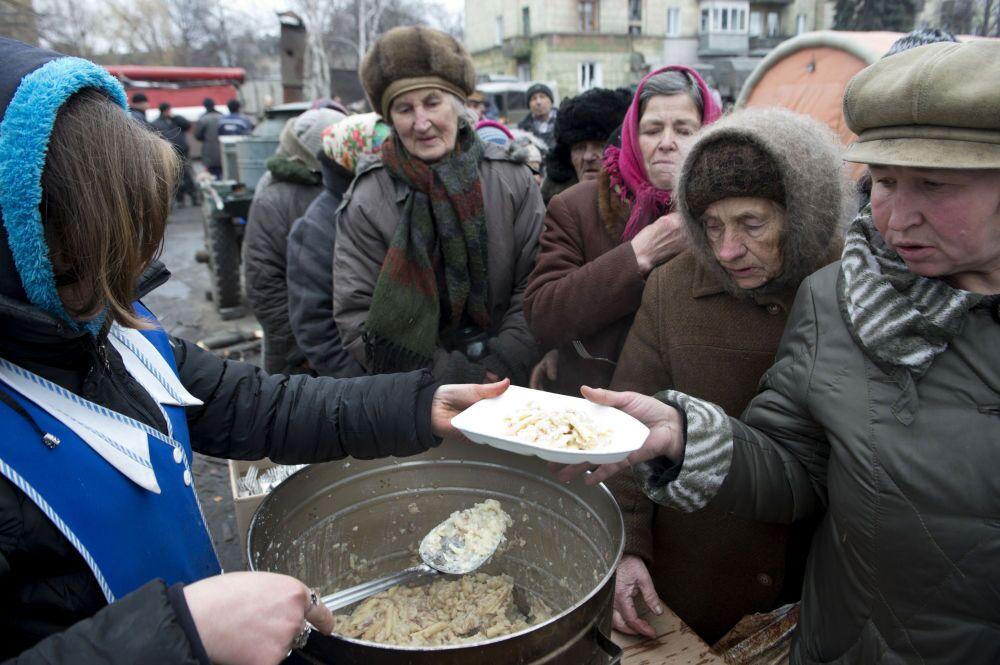 Debaltsevo şehrinin Lenin Meydanı'nda sıcak yemek dağıtılıyor