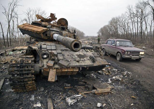 Debaltsevo şehrinin kenarında devre dışı bırakılmış tank