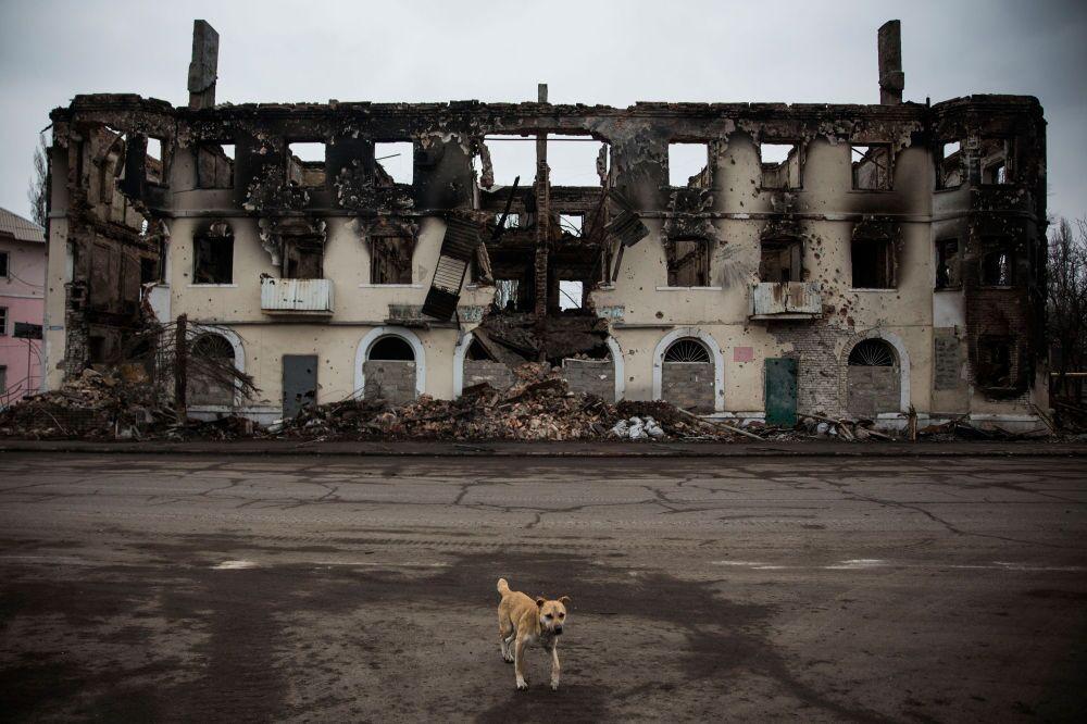 Uglegorsk şehrinde yıkılmış bir bina