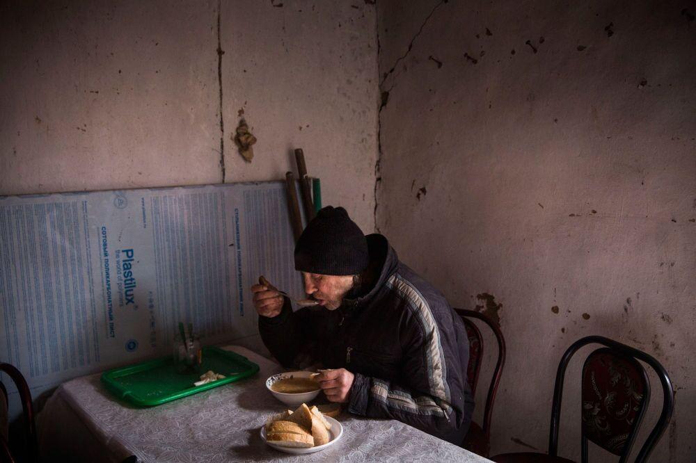 Ukrayna'nın Uglegorsk şehri sakini yardıma muhtaç olanlar için açılan lokantada çorba içiyor