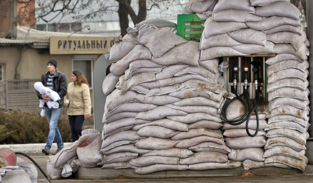 Donetsk'te benzin istasyonlarını olası  saldırılardan koruyan kum dolu çuvallar