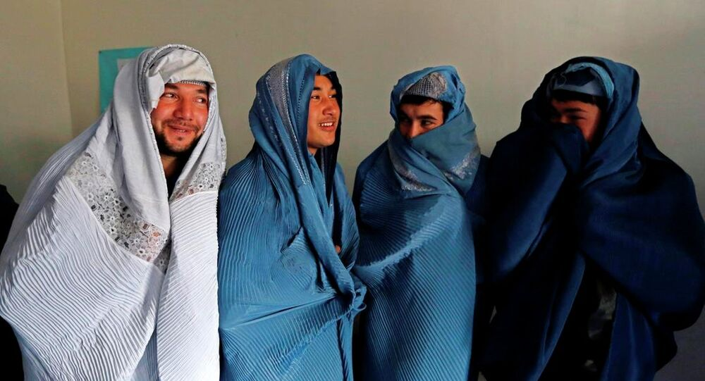 Kadına şiddete karşı çıkan erkekler burka giydi