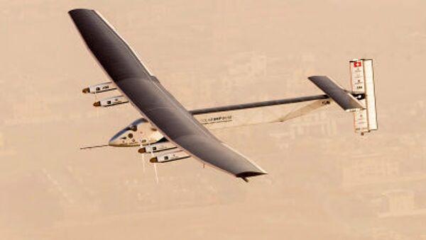 Güneş enerjisiyle çalışan Solar Impulse 2 uçağının Abu Dabi semalarında test uçuşu - Sputnik Türkiye