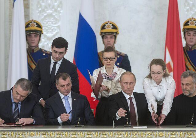 Referandumdan iki gün sonra Rusya ile Kırım'ın yeniden birleşmelerini öngören bir anlaşma imzalandı.
