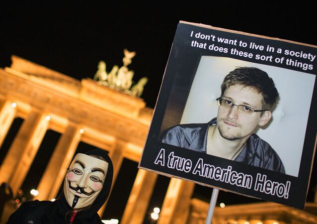 Almanya'nın başkenti Berlin'deki tarihi Brandenburg Kapısı'nda, Snowden'a destek gösterileri düzenlenmişti.