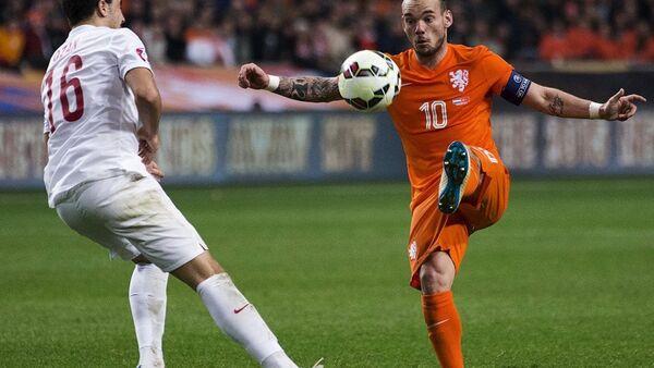 A Milli Futbol Takımı'nın 2016 Avrupa Futbol Şampiyonası (EURO 2016) elemeleri A Grubu'nda Hollanda ile dün gece 1-1 berabere kaldığı maç, Hollanda basınında geniş yer buldu. - Sputnik Türkiye