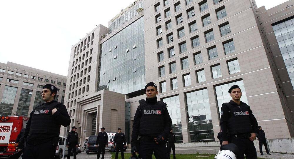 Berkin Elvan'ın ölümüne ilişkin soruşturmayı yürüten İstanbul Cumhuriyet Başsavcılığı Memur Suçları Bürosu Savcısı Mehmet Selim Kiraz, adliyedeki odasında rehin alındı. Özel Hareket Polisleri Adliye binasına giriş yaptılar.